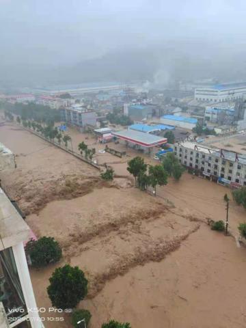 """河南暴雨中的村庄:水电中断对外""""失联"""",村民楼顶上待援"""