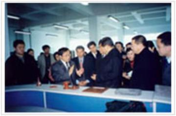 市委书记贾庆林参观用我厂纳米材料改性树脂作结合剂制成的镁碳砖