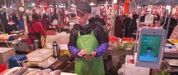 """这个县城里的菜市场,有86%的人""""刷脸""""买菜"""